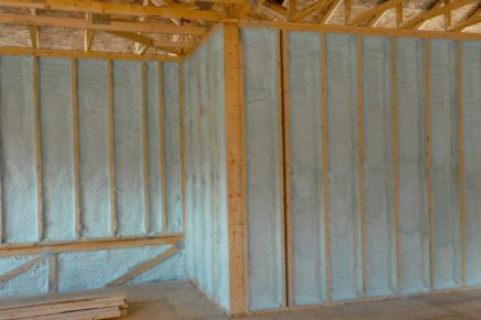 Wall insulation with spray foam - Montreal