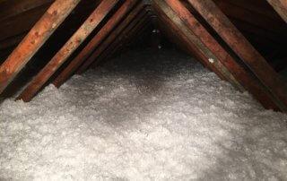 Isolation de l'entre-toit à la laine de fibre de verre
