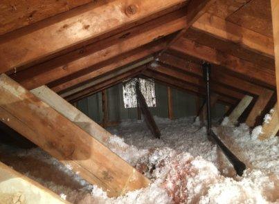 Ajout de laine soufflée à l'isolation du toit
