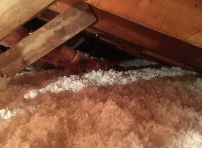 Ajout de laine soufflée à l'isolation de toit (2)