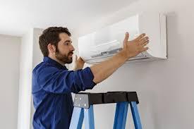 Technicien en réparation de thermopompe murale